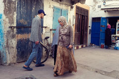 走沿索维拉,摩洛哥胡同的人们  库存图片