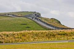 走沿Moher,爱尔兰峭壁的人们  免版税库存照片