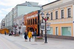 走沿Stoleshnikov街道的人们在莫斯科 免版税库存图片
