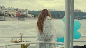 走游艇的美丽的女孩 股票录像