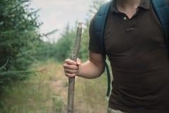 走用一根木棍子的远足者人 免版税图库摄影