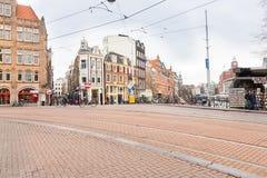 走由一条运河的游人在阿姆斯特丹 免版税图库摄影