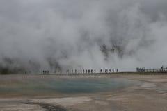 走由中途喷泉水池的无法认出的人民通过蒸汽 免版税库存图片