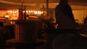 走由便宜的小餐馆和灼烧的火的人们在城市犯罪区  股票录像