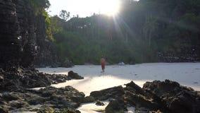 走由偏僻的热带天堂海滩的白种人人 股票视频