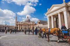 走由圣皮特圣徒・彼得的广场的游人 免版税库存照片