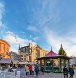 走由圣诞节市场的人们在里加大教堂摆正 免版税库存图片