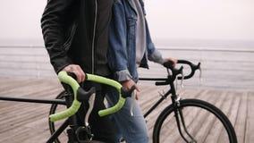 走由在自行车的海边的年轻夫妇在秋天阴天 船舵英尺长度用手 人们,活动,休闲 影视素材