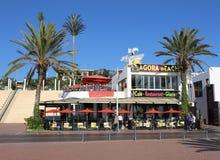 走由普遍的地方餐馆集市的Unidentifed人靠岸 免版税图库摄影