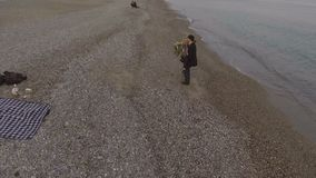 走由海边,人举行的和转动的女孩的妇女和人胳膊的,在爱 影视素材