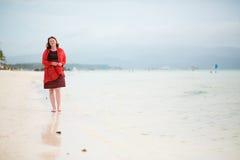走由理想的空白沙子海滩的美丽的妇女 库存照片