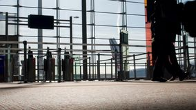 走由门的人剪影在机场终端,飞行,底视图 影视素材