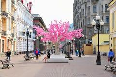 走由Arbat步行购物街道,莫斯科的人们 库存图片