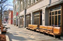 走由Tverskaya购物街道,莫斯科的未定义人民 免版税库存照片