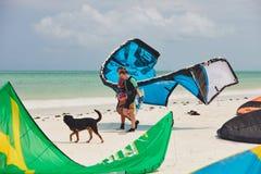 走白色沙滩的两个女孩 免版税库存照片