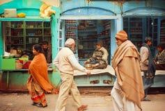 走的人人群在街道上的有本机的购物用香料和医疗产品 图库摄影