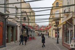 走的人和街道在区Kapana,市普罗夫迪夫,保加利亚 库存图片