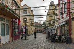 走的人和街道在区Kapana,市普罗夫迪夫,保加利亚 免版税库存图片
