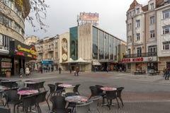 走的人和议院中央街道的在市普罗夫迪夫,保加利亚 库存照片