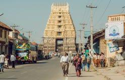 走的人和车通过卡纳塔克邦12世纪Chennakeshava寺庙  免版税库存图片