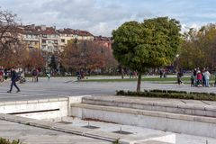 走的人在全国劳动人民文化宫前面的公园在索非亚,保加利亚 库存照片