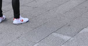 走的人的身体局部石被铺的路的在浅草 影视素材