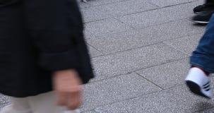 走的人的身体局部石被铺的路的在浅草 股票视频