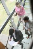走的人们在楼上和谈论计划和co 图库摄影