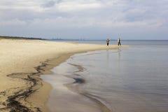 走的人们波罗的海,波兰的岸 免版税图库摄影