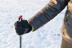 走的北欧人-远足用棍子的未认出的人的腿 免版税图库摄影