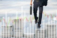 走的商人工作 图表背景 免版税图库摄影