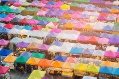 走的夜市场倍数颜色上面  库存照片