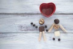 走的夫妇做用巧克力曲奇饼 陶瓷心脏的形状 友谊,爱,婚姻,蜜月,党的概念 免版税库存图片