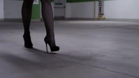 走的女性的腿和在车库的高跟鞋看法在黑长袜的 股票视频