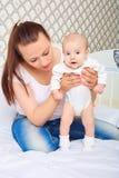 走的妈妈教的女婴 婴孩,孩子,新出生 免版税库存照片