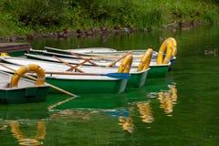 走的小船被停泊在公园码头 免版税库存照片
