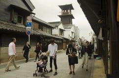 走的日语和的外国人和被围住的参观街道和黏土 库存图片