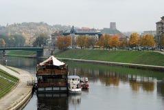 从走的桥梁的维尔纽斯老城堡视图 免版税库存照片
