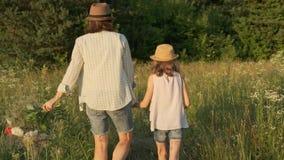 走的母亲和的女儿握手,看法 股票视频