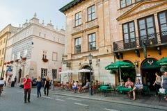 走的游人和家庭在旅馆咖啡馆 免版税库存照片