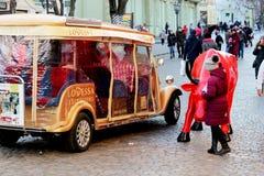 走的游人的汽车在市中心 免版税库存图片