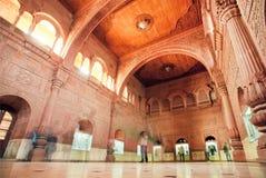 从走的游人里面的行动迷离雕刻了16世纪Junagarh堡垒室  库存图片