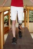 走的男性假肢穿戴者培训 免版税库存图片