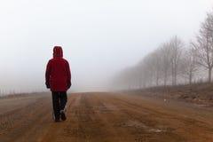走的薄雾土路命运年轻人男 图库摄影