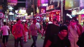 走的街道是有许多餐馆、时髦的酒吧和妓院的红灯区,吸引人,主要为夜生活a 影视素材