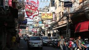 走的街道是有许多餐馆、时髦的酒吧和妓院的红灯区 股票录像