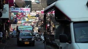 走的街道是有许多餐馆的,时髦的酒吧,妓院红灯区 股票视频
