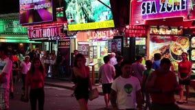 走的街道-红灯区在芭达亚,泰国 股票视频