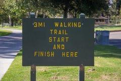 走的足迹在英里正方形地方公园签字 库存照片