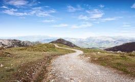 走的路线在坎塔布连山脉, Picos de Europa国家公园,阿斯图里亚斯,西班牙 免版税库存照片